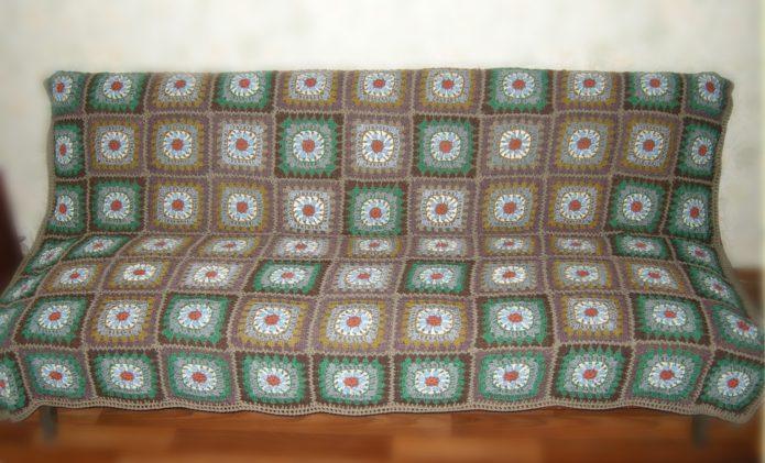 Вязяное покрывало на диване