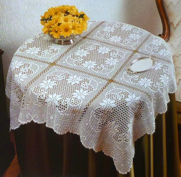 Вязаная скатерть на столе
