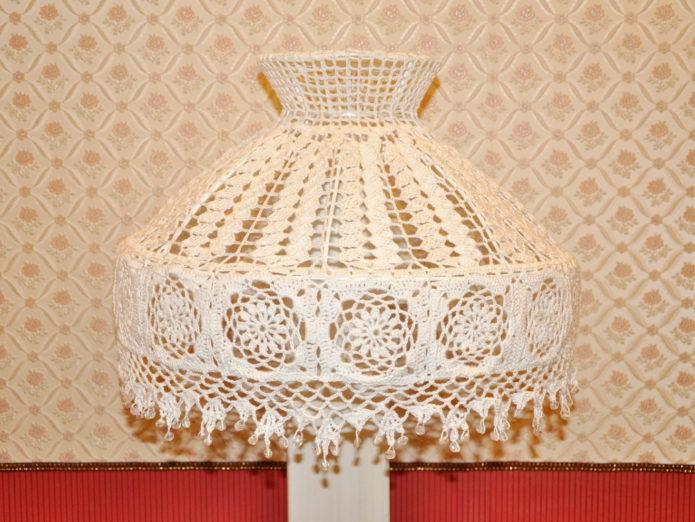 Вязаный абажур на настольной лампе