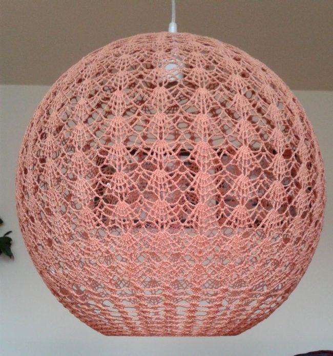 Вязаный круглый абажур на потолочной лампе