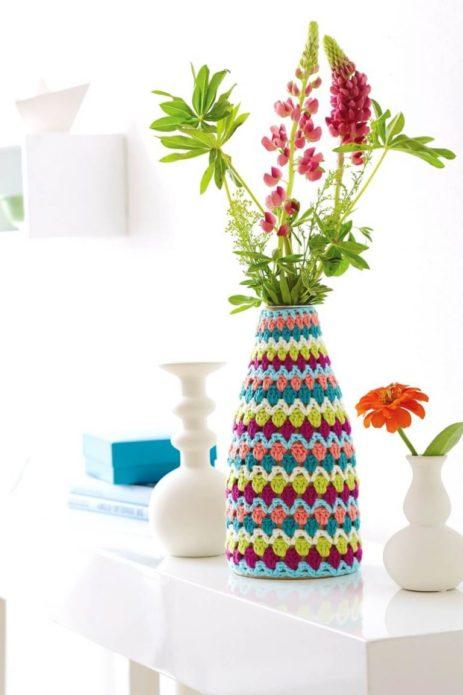 Вязаный чехол на вазе с цветами