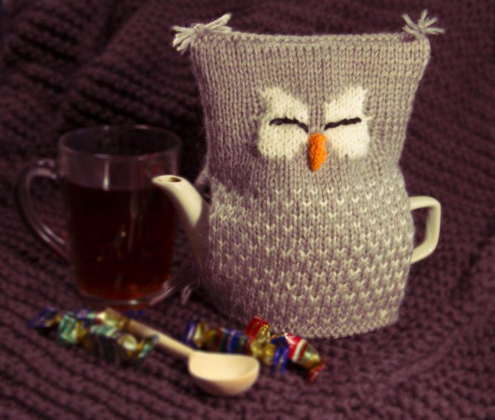 Вязаная грелка в виде совы на чайнике