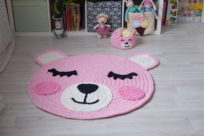 Вязаный коврик в детской комнате
