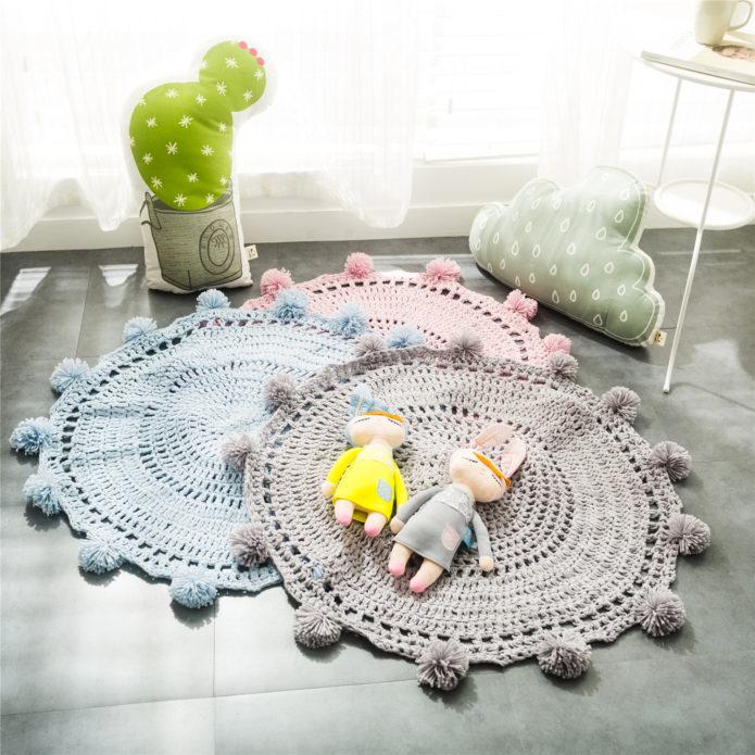 Вязаные коврики в детской комнате