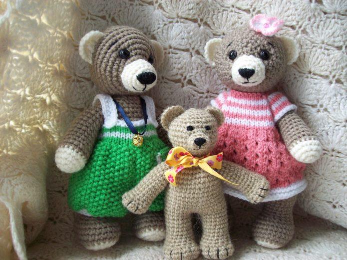 Семья медвежат из пряжи
