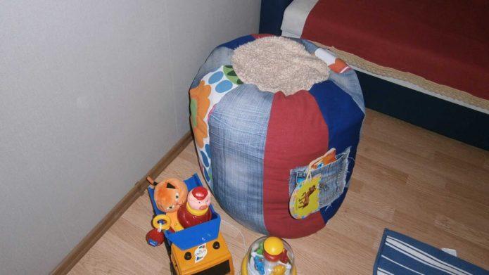Пуфик из старых джинсов для детской комнаты