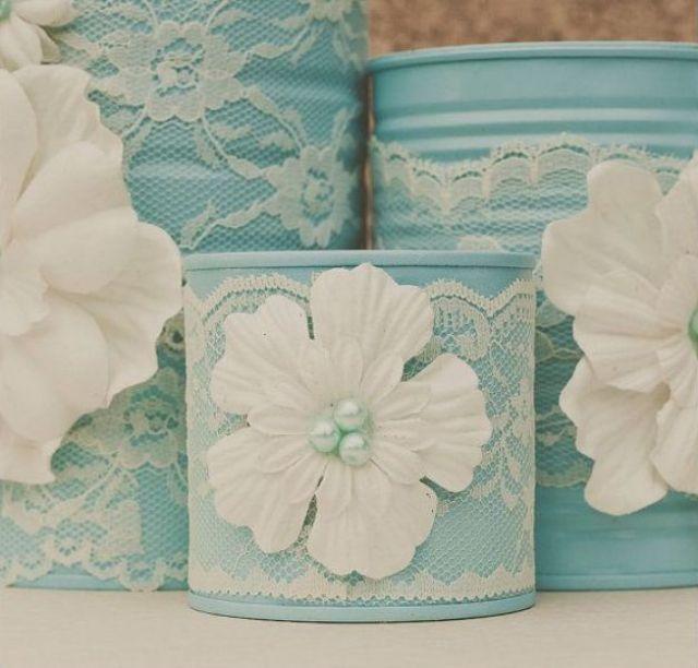 Декор жестяных банок кружевом и цветами из ткани