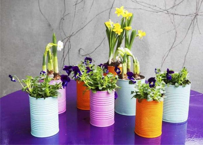 Цветочные кашпо из жестяных банок
