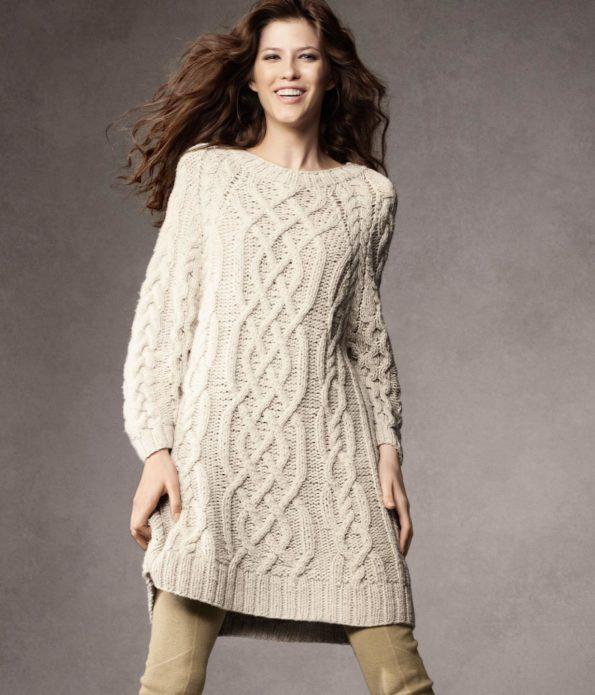 Платье-свитер из пряжи светлого цвета с объемным узором