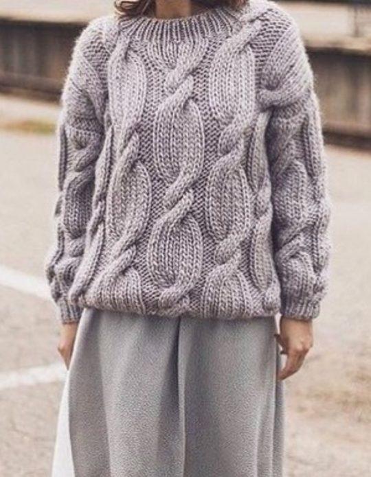 Серый свитер с косами