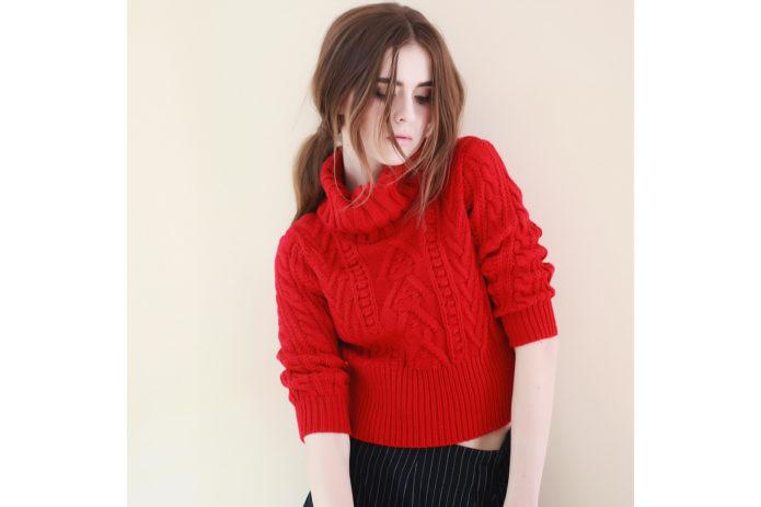 Кроп-свитер ярко-красного цвета
