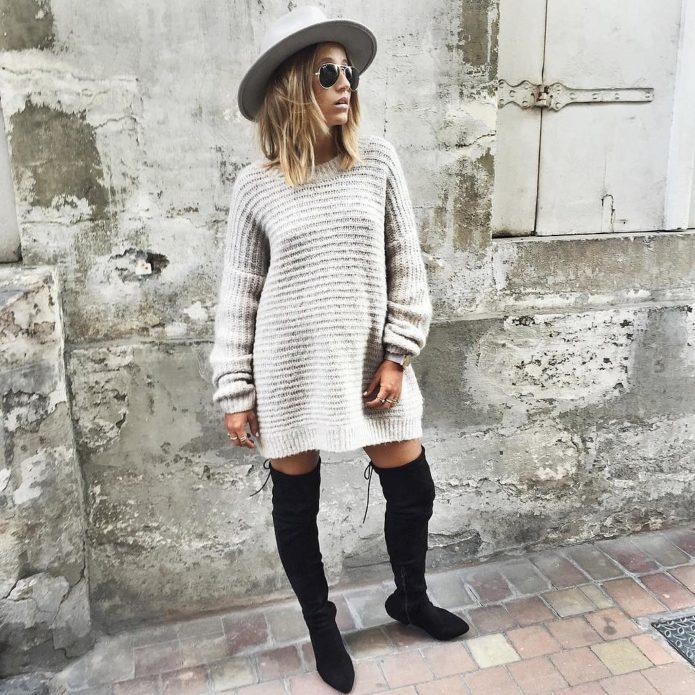 Вязаное платье-свитер серого цвета