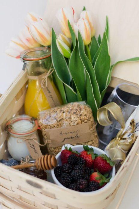 Подарочная коробка с деликатесами и цветами на День матери