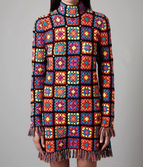 Вязаное платье из ярких бабушкиных квадратов