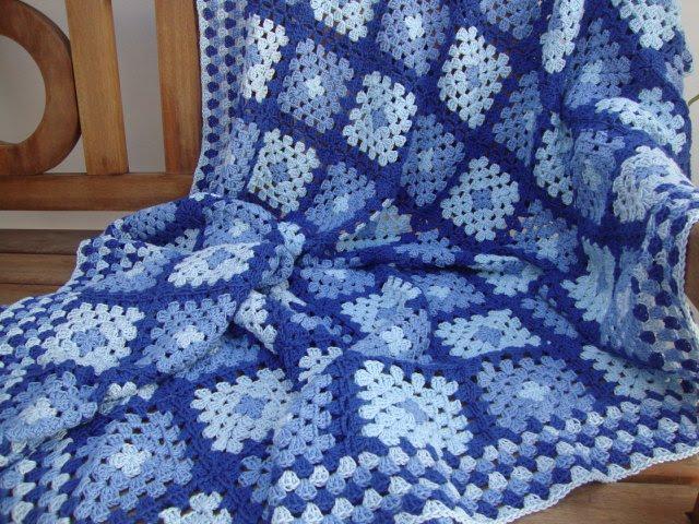 Плед в сине-голубой гамме из бабушкиных квадратов