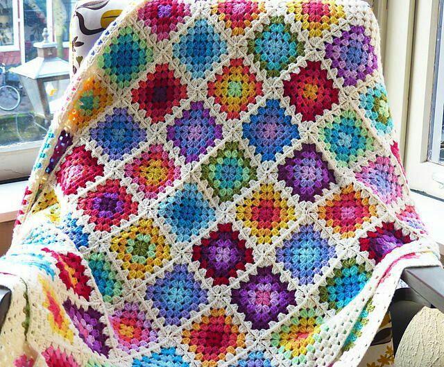Яркий вязаный плед из бабушкиных квадратов