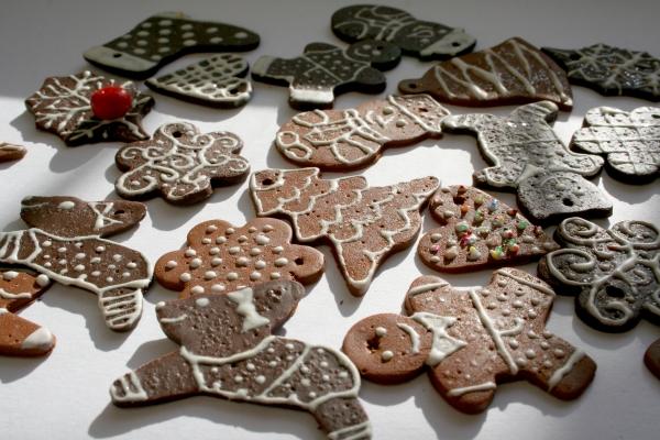Украшение имбирного печенья белой глазурью