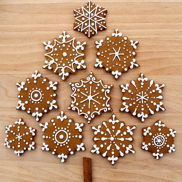 Имбирное печенье в виде снежинок, украшенное белковой глазурью