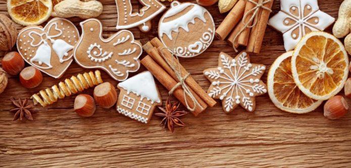 Имбирные печенья, украшенное белковой глазурью