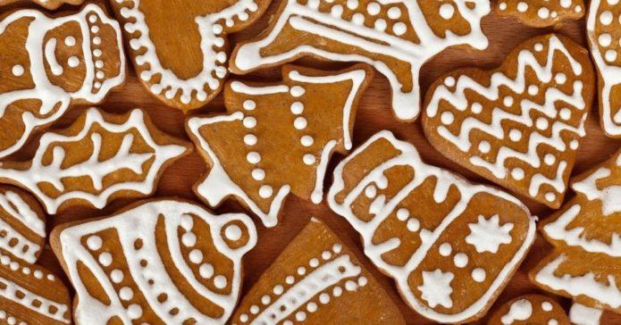 Имбирное печенье разных форм, украшенное белой белковой глазурью