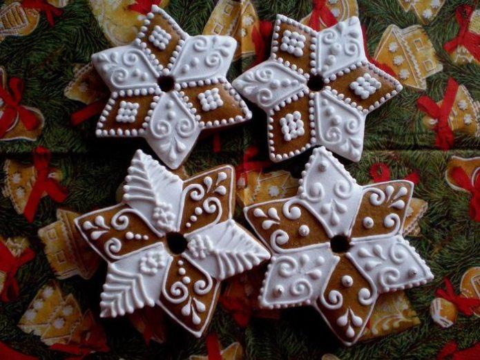 Имбирное печенье в виде звезд, украшенное белковой глазурью
