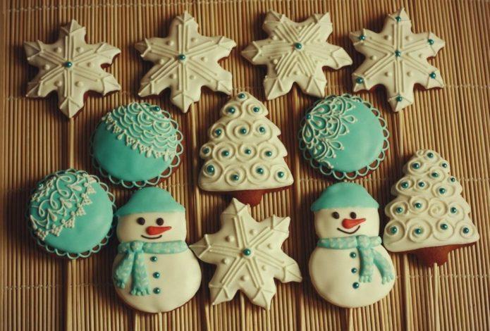 Ибирное печенье, украшенное разноцветноей глазурью