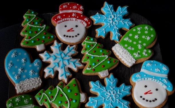 Имбирные снеговички и снежинки, украшенные глазурью