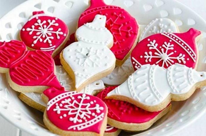 Имбирное печенье в виде елочных фонариков, украшенное белковой глазурью