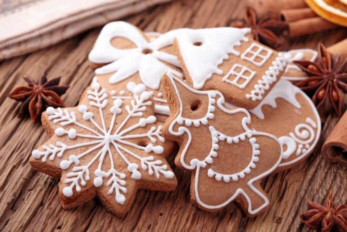 Имбирное печенье с отверстиями для ленточек