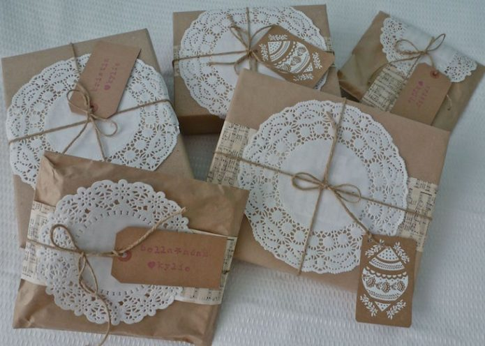 Салфетки-снежинки для украшения новогодних подарочных упаковок