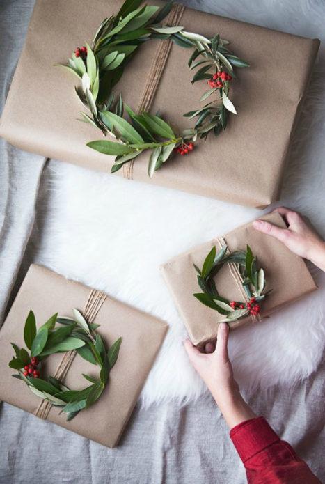 Новогодние подарки, упакованные в крафт-бумагу