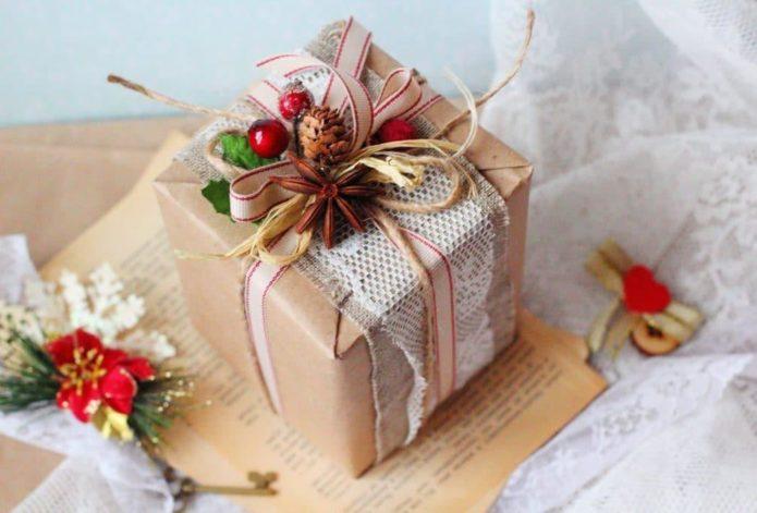 Ягоды, шишки, специи — подходящие детали украшения зимнего подарка