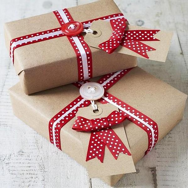 Упаковка подарка в крафт-бумагу и оформление лентами и пуговицами