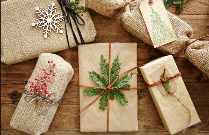 Использование мешковины или холщовой ткани для упаковки подарков