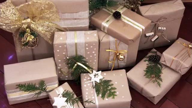 Растительный орнамент из веточек для подарочной упаковки