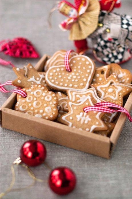 Имбирное печенье в подарочной коробке на Новый год