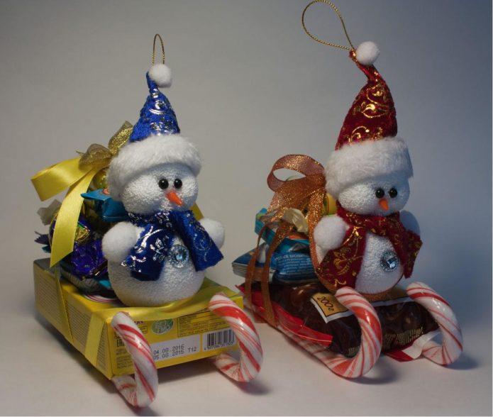 Конфетные сани и снеговики