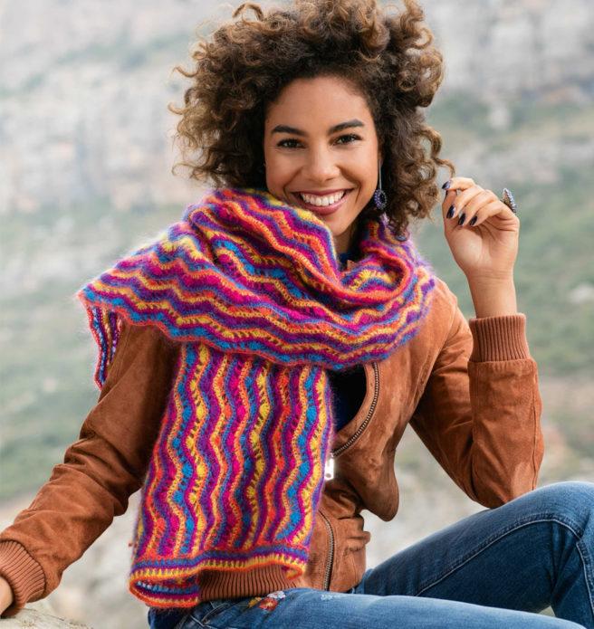 Вязаный шарф с геометрическим узором на девушке