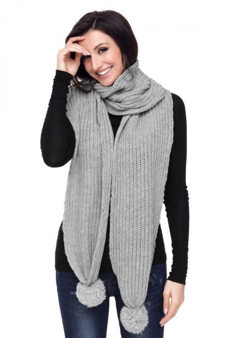 Девушка в сером шарфе
