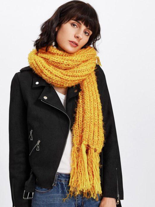 Девушка в жёлтом шарфе
