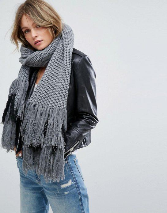 Девушка в сером шарфе с бахромой