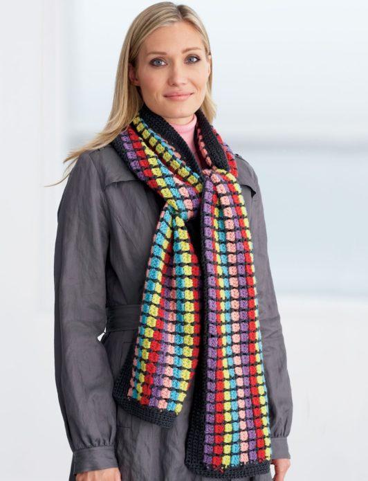 Девушка в разноцветом шарфе