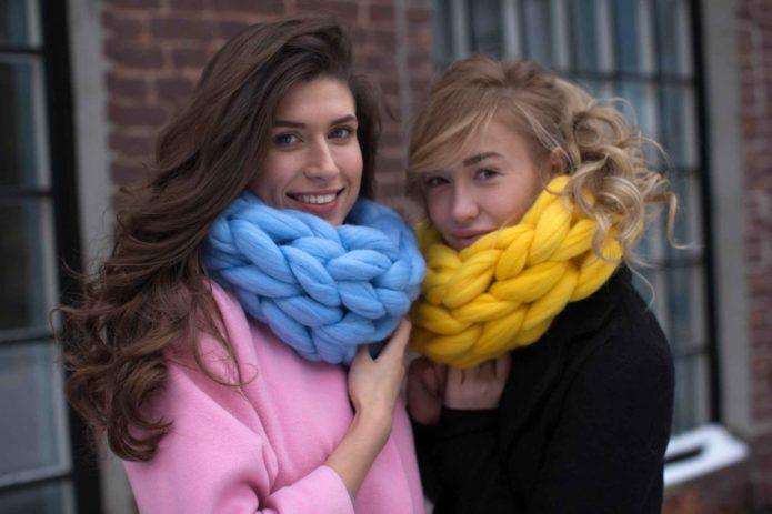 Девушки в шарфах из мериносовой шерсти