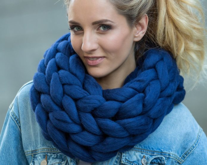 Девушка в голубом шарфе из мериносовой шерсти