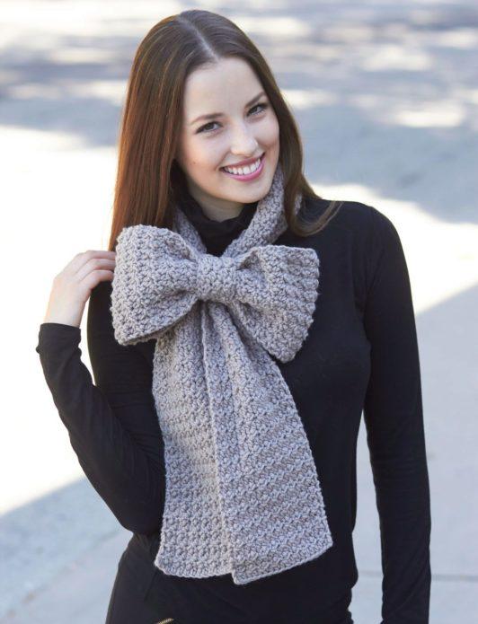 Девушка в шарфе-банте