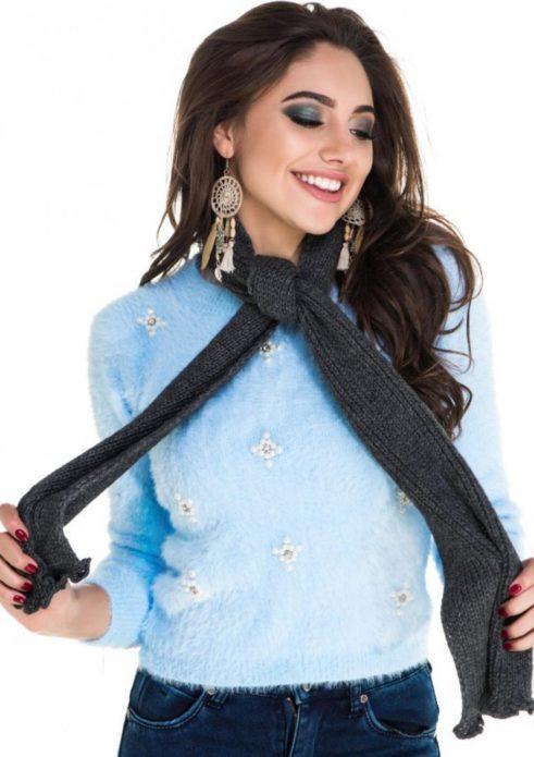 Девушка в узком шером шарфе
