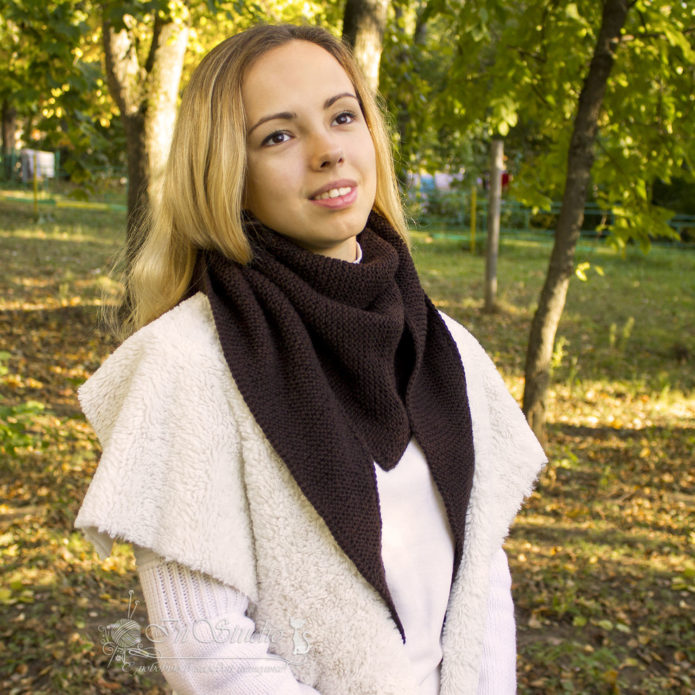 Девушка в шарфе-косынке