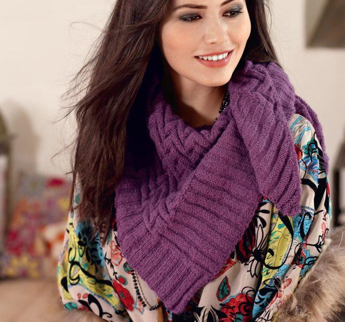 Девушка в сиреневом шарфе-косынке