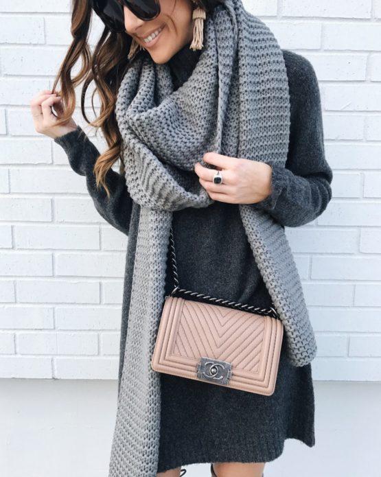 Девушка в сером шарфе в стиле оверсайз