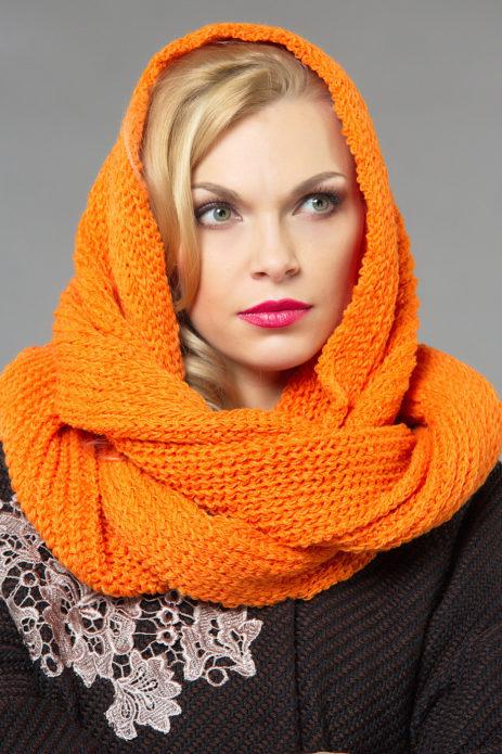 Оранжевый шарф на девушке